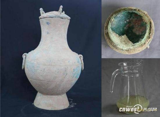 图为陕西考古工作者发现的秦国古酒