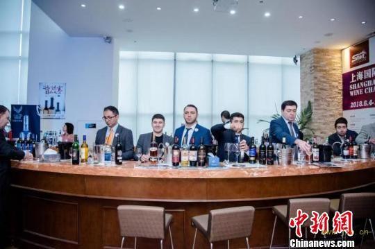 阿塞拜疆15个酒庄带来自己的酒参加仪式。 供图 摄
