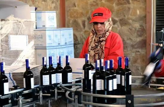 2018年10月,在摩洛哥小镇鲁马尼,红农场酒庄的工作人员将灌装好的葡萄酒进行装箱。新华社记者陈斌杰摄