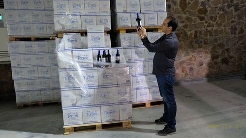 10月11日,在摩洛哥小镇鲁马尼,红农场酒庄总经理萨耶检查库存葡萄酒的包装。新华社记者陈斌杰摄